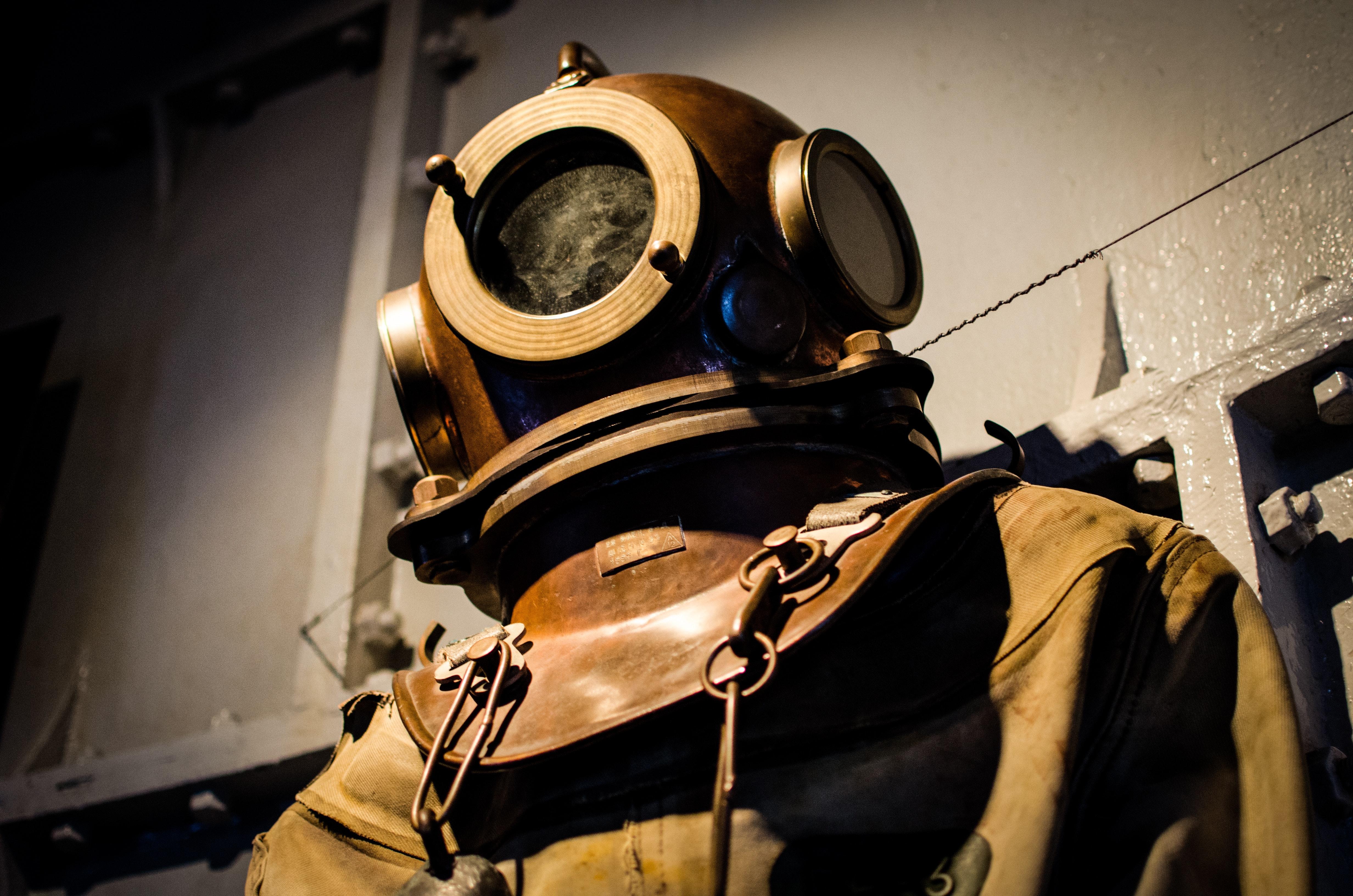diver-diving-suit-historical-718
